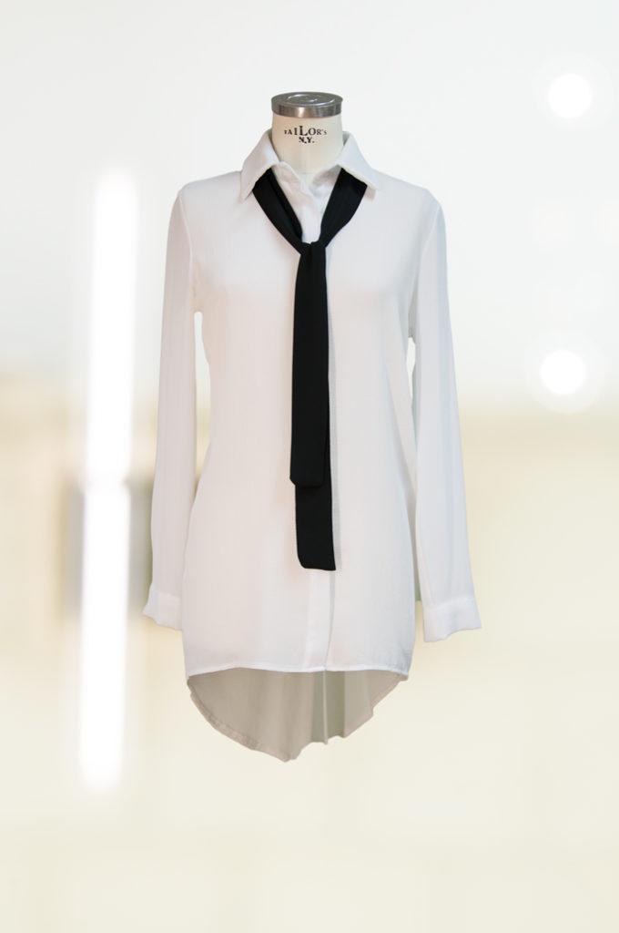 weiße Bluse mit Krawatte