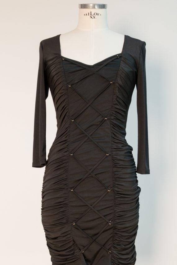 Schwarzes Kleid mit Raffung