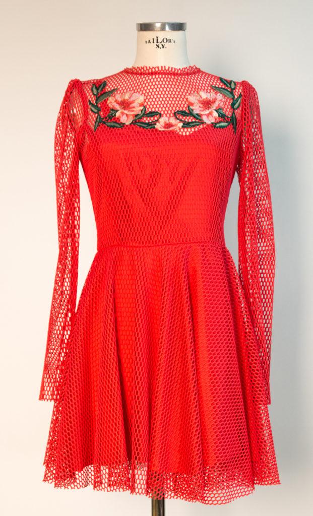 Kleid aus Netzstoff bestickt mit Blumen