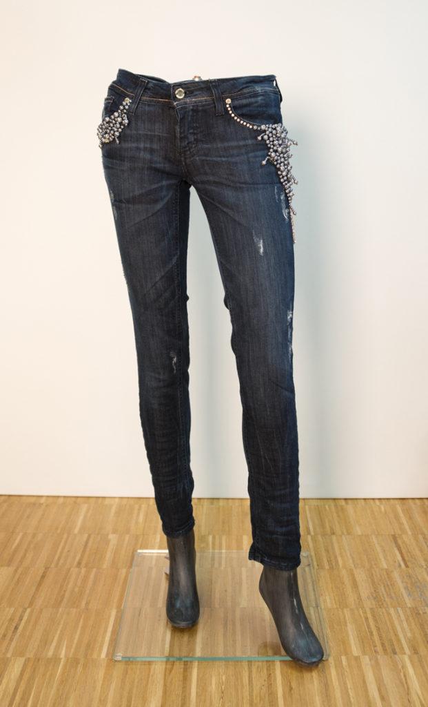 Jeans mit 'Perlen' Applikationen